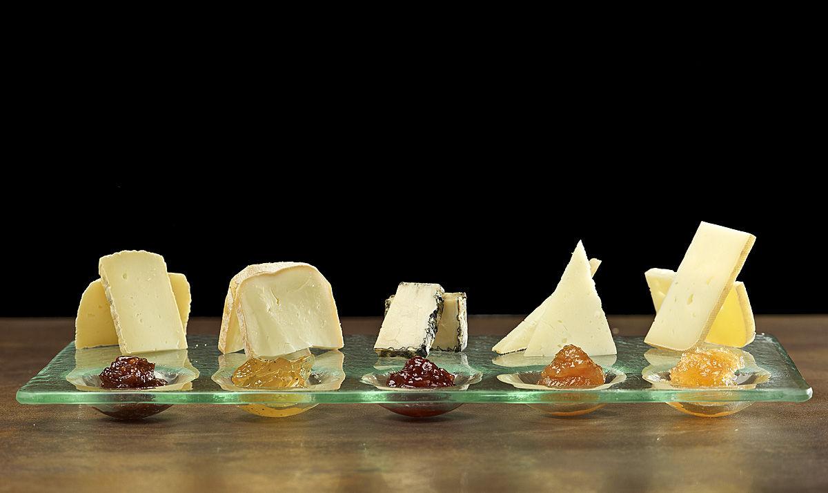 assortiment de formatges catalans amb confitures