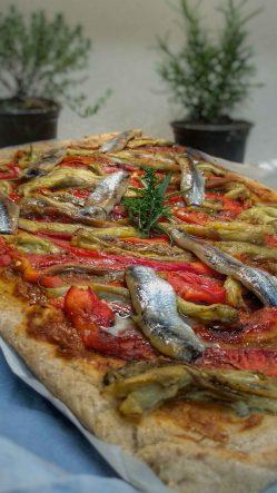 coca-de-recapte-amb-farina-integral-d'espelta,-escalivada-i-sardines-anxovades